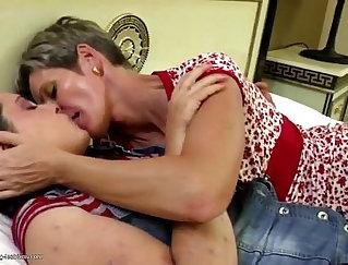 Amateur lesbians suck and lick pussy
