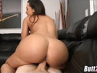 Big ass milf Lisa Ann sucks and fucks a guy in stairway of apartment